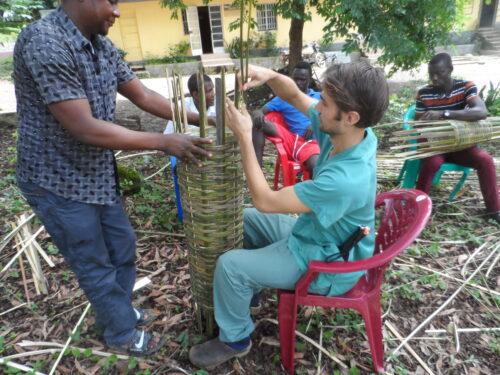 Jonathan aan het werk met bijen Masanga hospital (1)