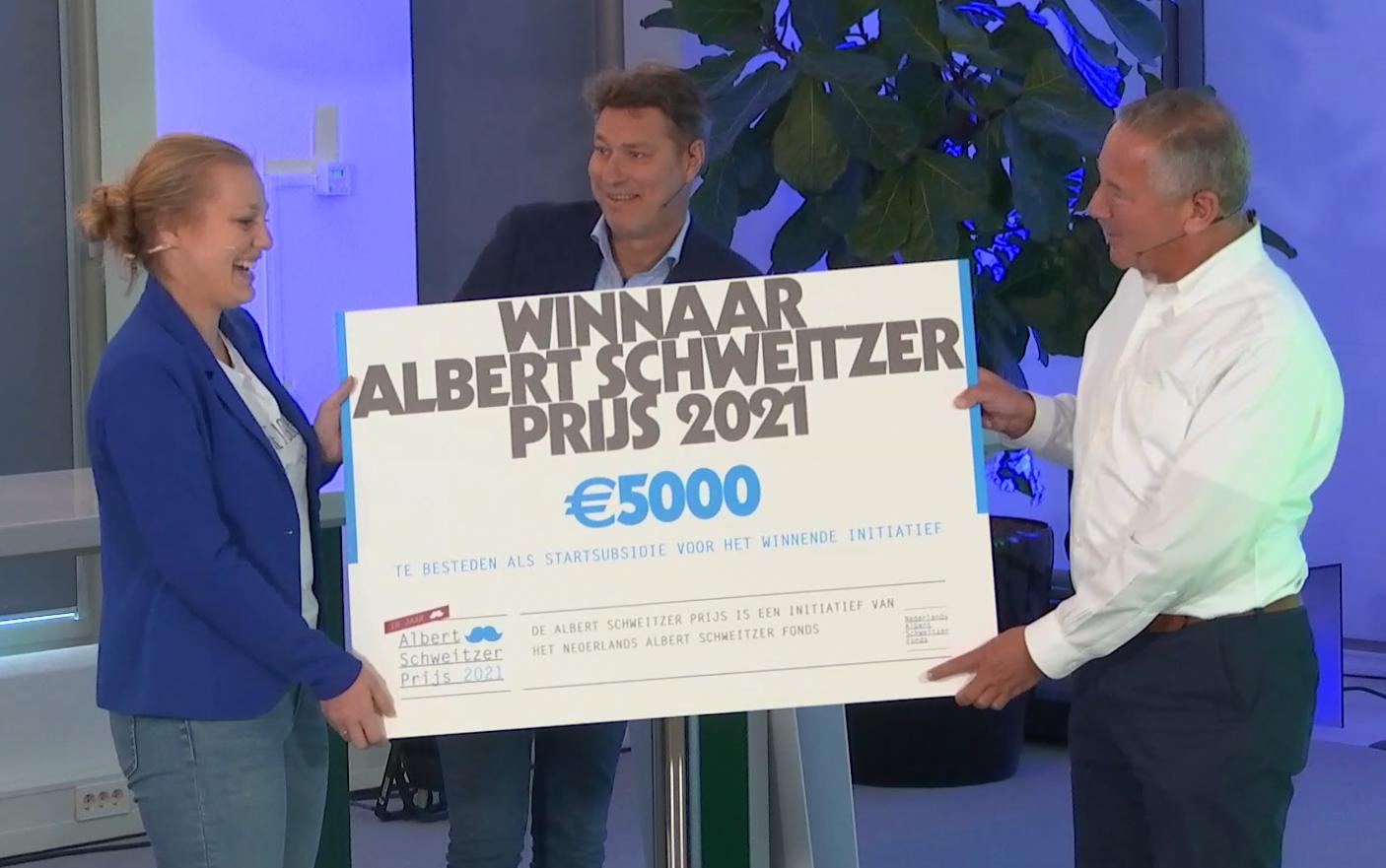 Overhandiging cheque met hoofdprijs aan Sharlon Welleweerd